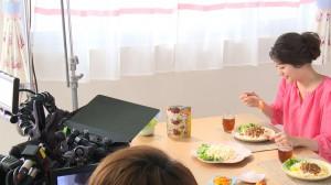 麺の食べシーンに挑戦する足立さん