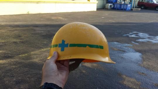 「岩手運輸倉庫(株)」と書かれたヘルメット