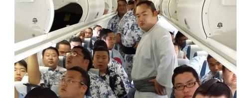 明らかに過積載……お相撲さんだらけの飛行機客室内の図