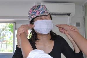 トレードマークのマスク 触ると抵抗された