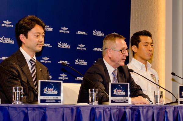 千葉開催を発表するレッドブル・エアレースのエリック・ウルフCEO。左は千葉市の熊谷俊人市長、右は室屋義秀選手