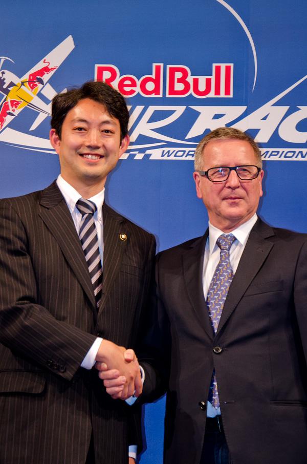 握手する熊谷俊人・千葉市長とレッドブル・エアレースのエリック・ウルフCEO