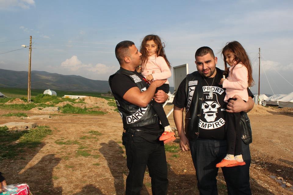 ドイツ人義勇兵とクルドの子供