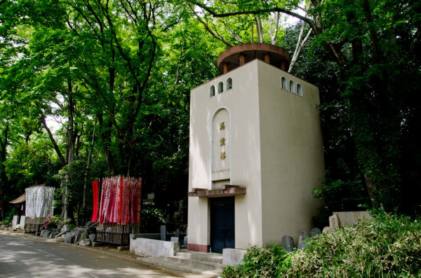 初代スタンドのデザインを残す馬霊塔