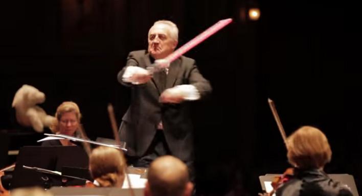 指揮棒が途中でライトセーバーに……海外交響楽団による『笑ってはいけない演奏会』動画が話題