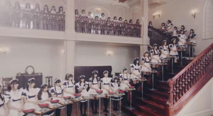 外国人にバカウケ?メイド100人のパンケーキリレーが無駄に壮大すぎて圧巻な件