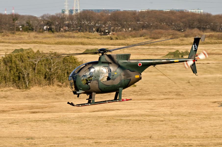 低空を駆け抜ける第1師団第1飛行隊のOH-6D