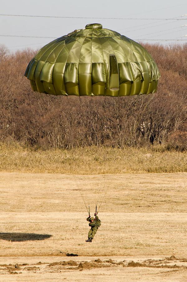 13式空挺傘は傘体頂点に突起がある