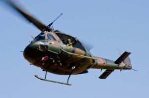 見学者に手を振りながら離脱する東部方面航空隊第2飛行隊のUH-1J