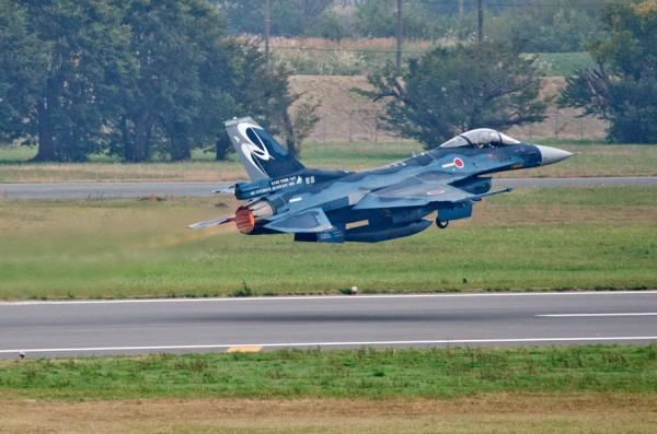 アフターバーナーを使って離陸するF-2A