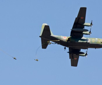 C-130Hの両側から降下する新型傘装備の隊員