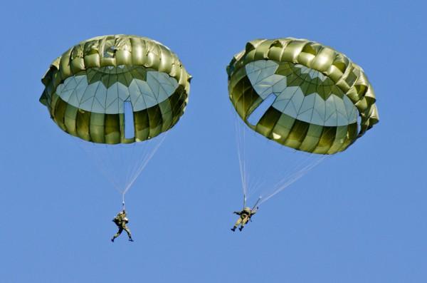 新型の13式空挺傘で降下する隊員