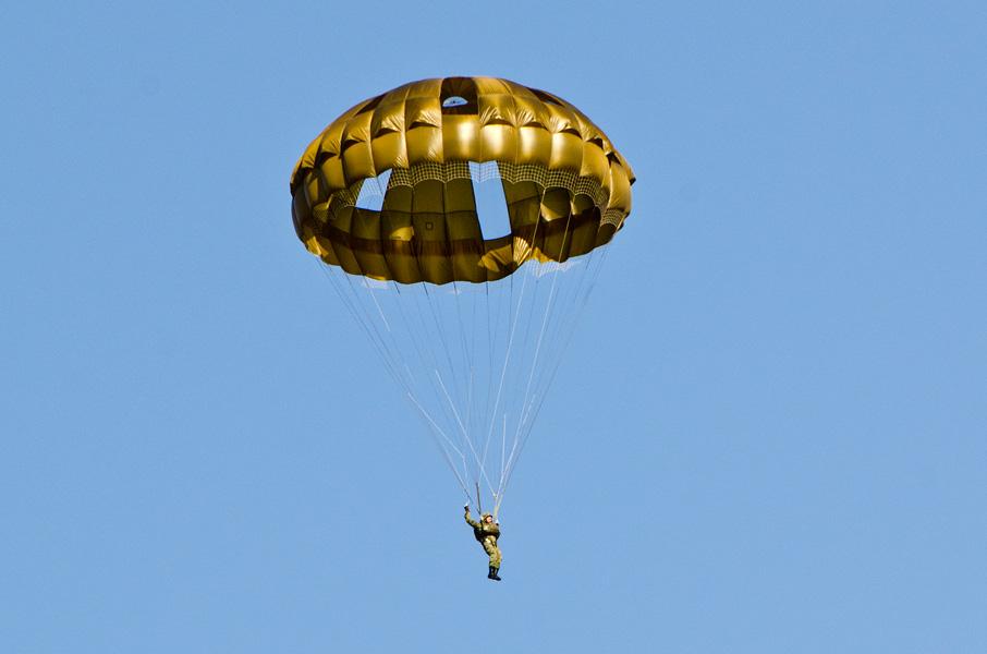 空挺傘696M1で降下する隊員