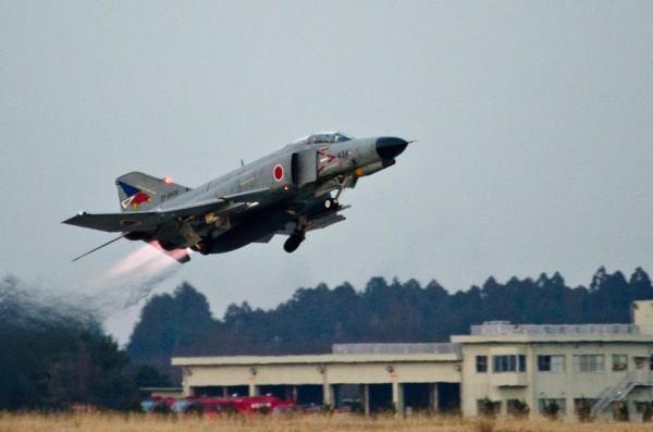 アフターバーナーの炎を曳いて離陸するF-4EJ改