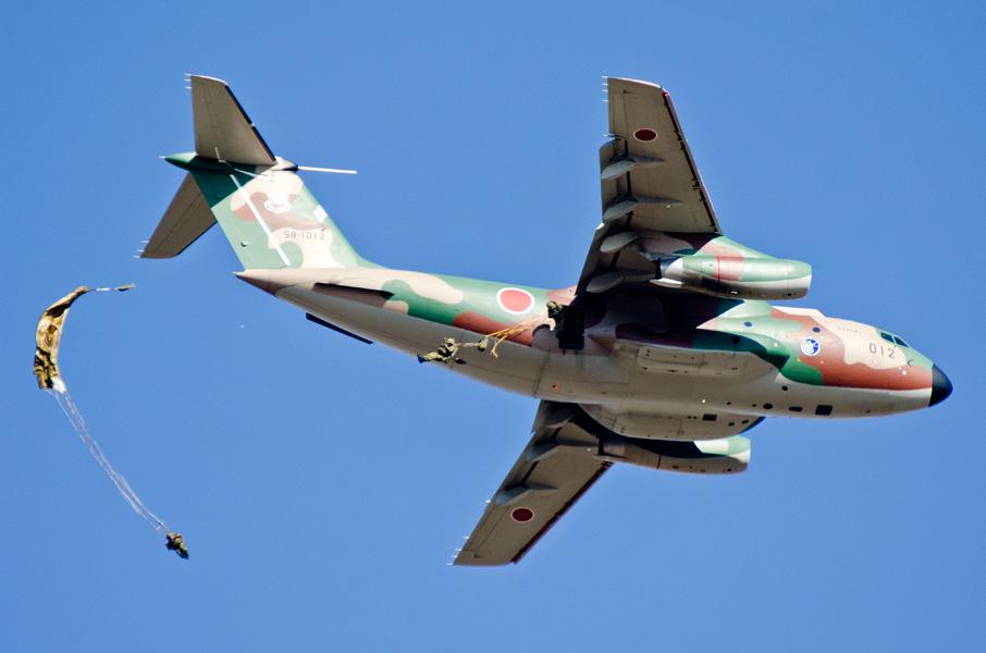 696M1(12傘)でC-1から降下する隊員