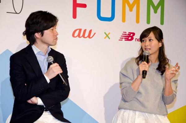 トークショーで言葉を交わす藤本美貴さんとKDDIの塚本さん