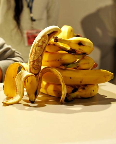 バナナに爪楊枝で彫刻