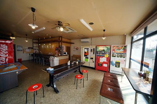 店内は自販機が設置されていて無人となっています。