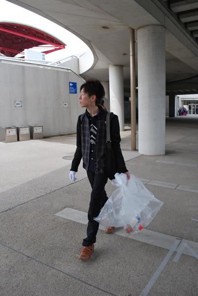 ゴミがないかあちこち見て回る伊藤さん