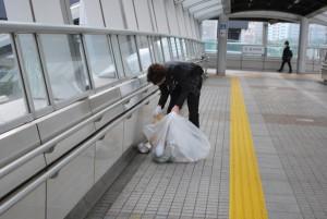 会場に向かう途中もゴミ拾い