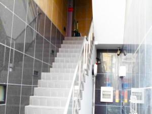 階段の先にお店の入り口があります