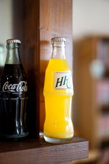 瓶のコーラと懐かしいHI-C。
