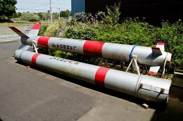 屋外に置かれたラムダロケットの第1段