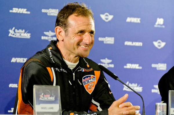 会見で笑みを見せるイワノフ選手