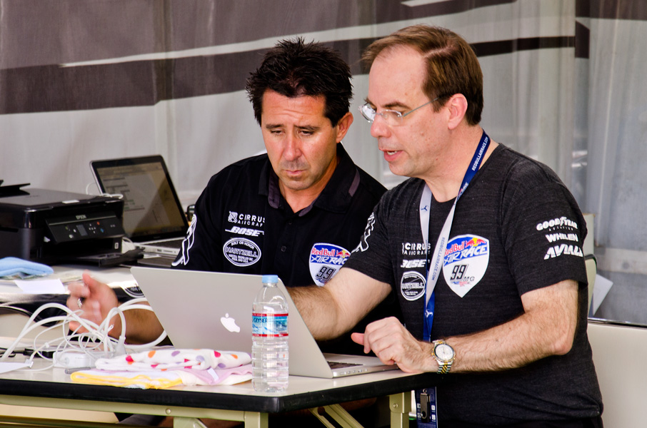予選の飛行データを見て決勝の対策を練るグーリアン選手