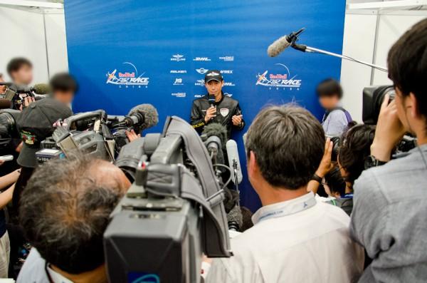 報道陣に囲まれる室屋選手