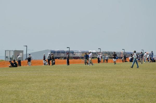 飛行機を見ようと集まった人々