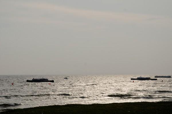 パイロン用の台船がレースを待つ