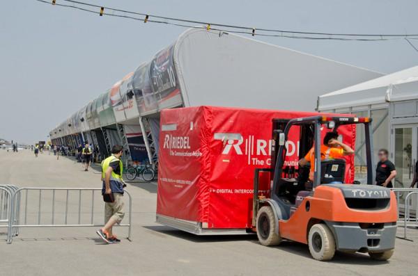 建設途中で機材が搬入される