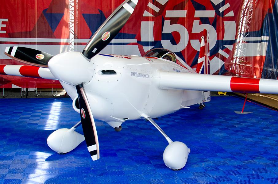 ボノム選手のエッジ540V2。機首下面に外気導入用のダクトがある