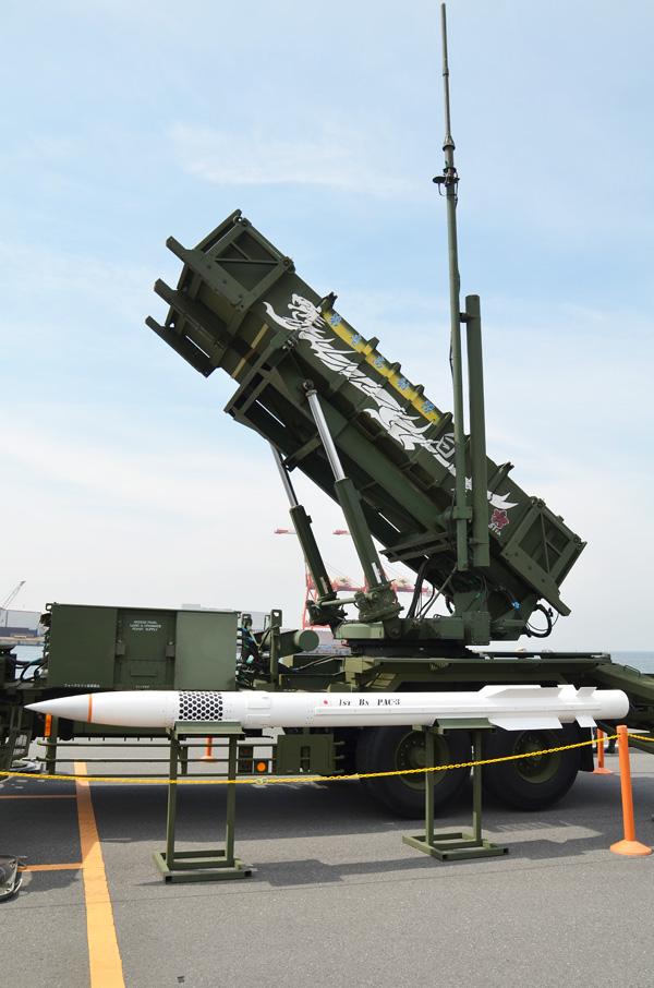 ペトリオットPAC-2発射機とPAC-3模擬弾