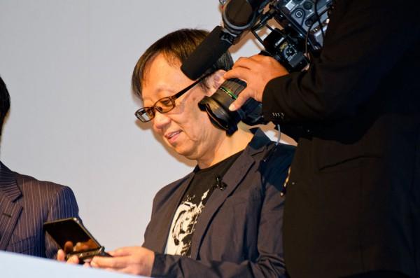 3DS版をプレイする堀井氏
