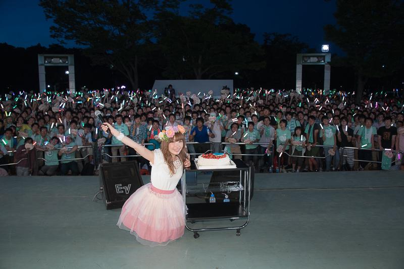 内田彩28歳最後の夜に代々木公園でフリーライブ開催!3000人のファン祝福