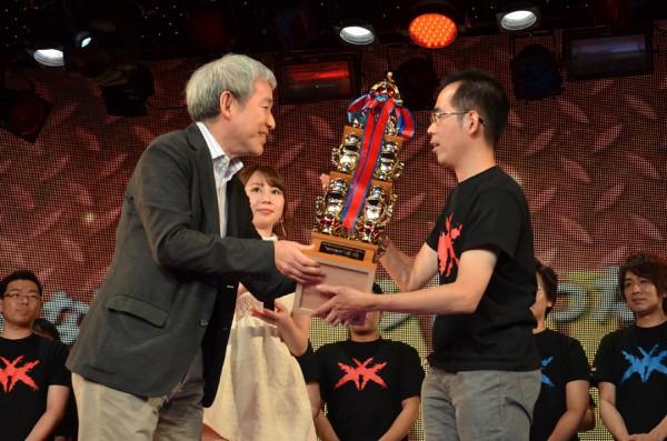 SCEJA盛田プレジデントよりトロフィーを授与される小川選手