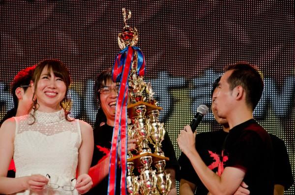 涙ながらに喜びを語る小川選手(右)