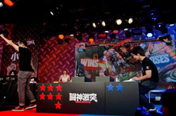 勝利をアピールする小川選手(左)