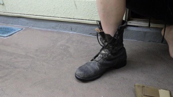 紐を締めていないブーツ