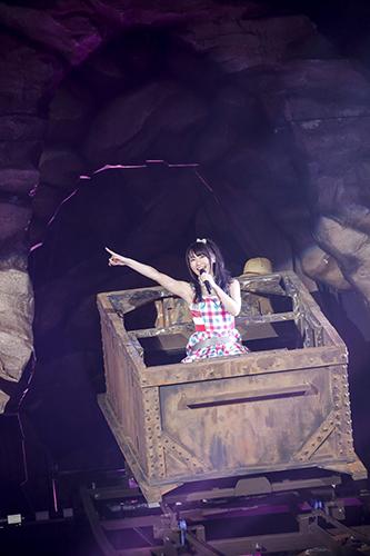 ステージ二階のトンネルからコースターに乗ってレールを滑り降り
