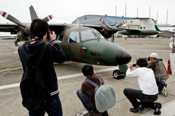 LR-1の写真を撮る人々