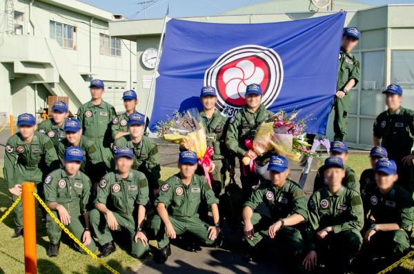 第305飛行隊のパイロットたちが記念撮影