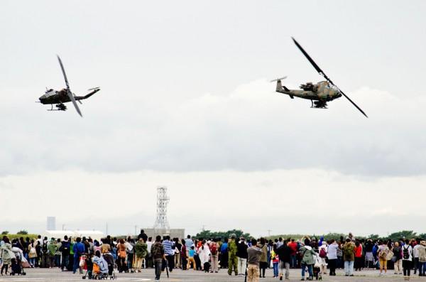 訓練展示で飛行するAH-1S