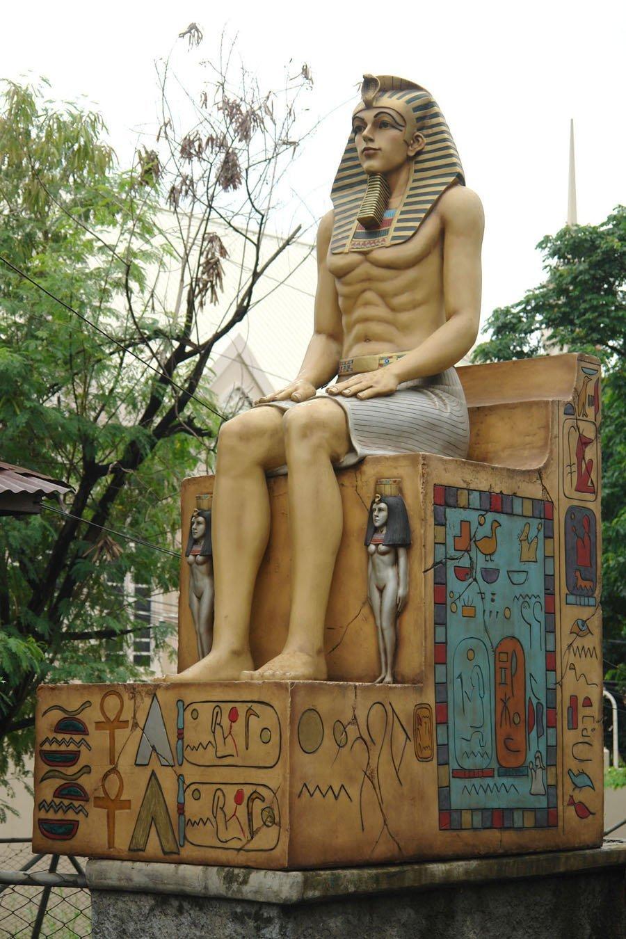玄関の守護神にお一ついかが?古代エジプト王の等身大フィギュア