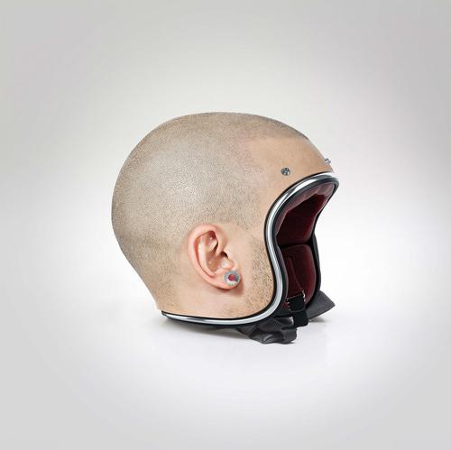 警察官も二度見確実 坊主頭型ヘルメット