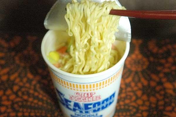 (1)カップ麺を食べる