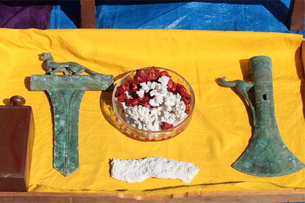 蚤の市の骨董屋にはロマンがいっぱい 中国の古い墓から盗掘された斧に大奥女中の愛用品も?
