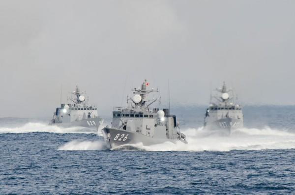 デコイ発射後、高速航行へ移るミサイル艇